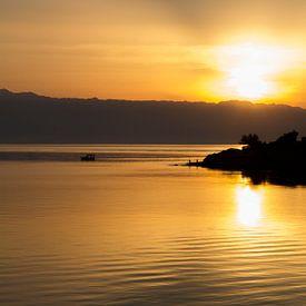 Zonopkomst aan zee op het eiland Hvar, Kroatie van Maike Meuter