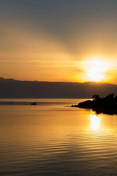 Zonopkomst aan zee op het eiland Hvar, Kroatie