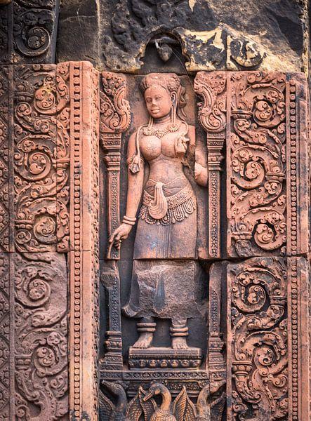 Devata in Banteay Srei tempel, Cambodja van Rietje Bulthuis