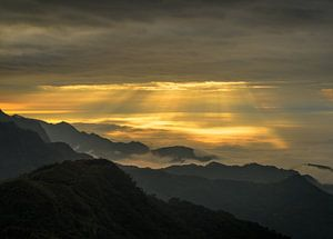 Zonneharpen en wolken in de bergen van Alishan in Taiwan. van