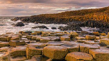 Sonnenuntergang am Giant's Causeway, Nordirland von Henk Meijer Photography