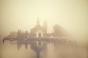 De Zijlpoort van Leiden in de Mist van
