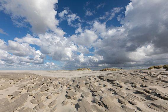 Wolken - zand - strand van Anja Brouwer