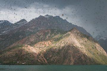 Regen in de bergen bij een meer   Tadzjikistan van Photolovers reisfotografie