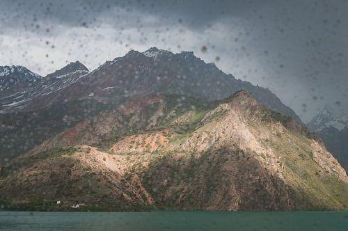Regen in de bergen bij een meer | Tadzjikistan