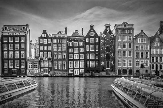 AMSTERDAM Damrak met dansen huizen