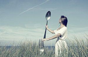 Meisje met vork en lepel