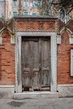 Porte dans la vieille ville de Venise, Italie sur Joost Adriaanse