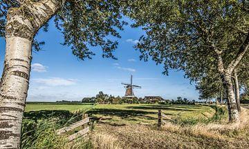 Typisch Hollands landschap in Friesland nabij Paesens Moddergat met windmolen en een blauwe lucht van Harrie Muis