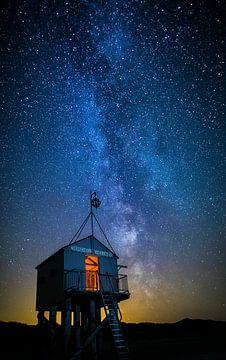 Drenkelingenhuisje Terschelling onder sterrenhemel van Maurice Haak