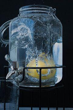 Zitrone in Wasser von Simen Crombez