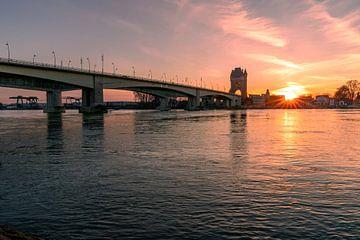 Blick auf die Nibelungenbrücke mit Sonnenstern von Christian Klös