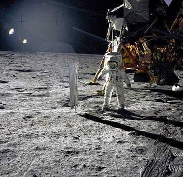 Aldrin naast het Solar Wind Experiment van