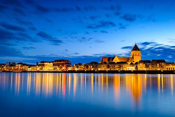 Kampen in de avond met de Buitenkerk en Stadskazerne. van Sjoerd van der Wal