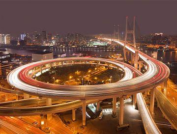Shanghai Nanpu brug over de Huangpu rivier 's nachts van Tony Vingerhoets
