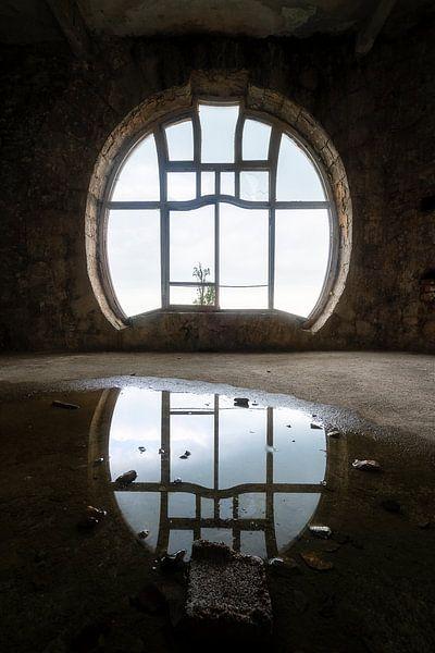 Verlassenes Jugendstil-Fenster. von Roman Robroek