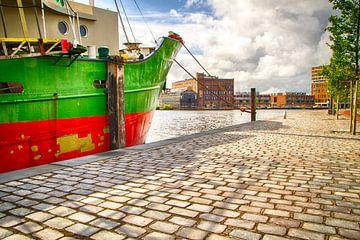 Bateau vert et rouge à quai sur FHoo