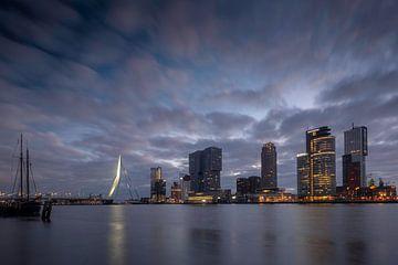 Stadsgezicht Rotterdam bij zonsopkomst van Arjen Roos