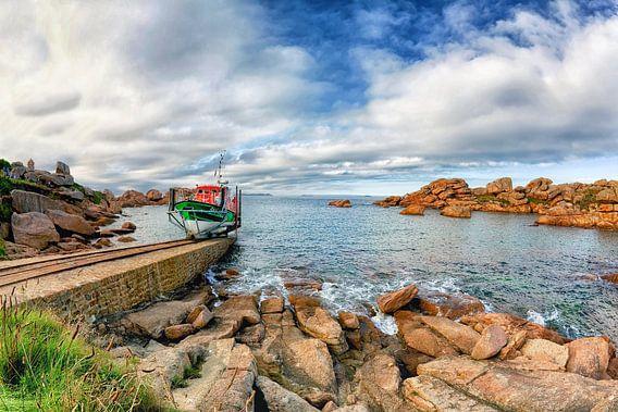 """Reddingsboot """"President Toutain"""" vaart uit bij Ploumanac'h in Bretagne, Frankrijk"""
