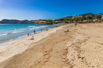 Zandstrand Platja de Tora, baai kust eiland Mallorca, Spanje van Alex Winter