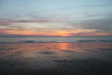 Zonsondergang met weerspiegeling op strand Vlissingen van Mireille Zoet