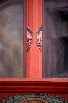 Koppen op raam van Raadhuis van Bazel in Zwitserland van Joost Adriaanse