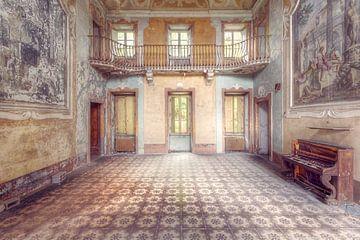 Verlassene Halle mit Klavier. von