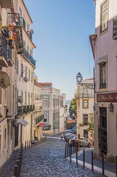 Alfama straat in Lissabon van Bianca Kramer