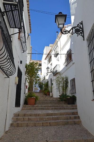 Straat met trappen in de binnenstad van Oud Altea aan de Costa Blanca van Gert Bunt