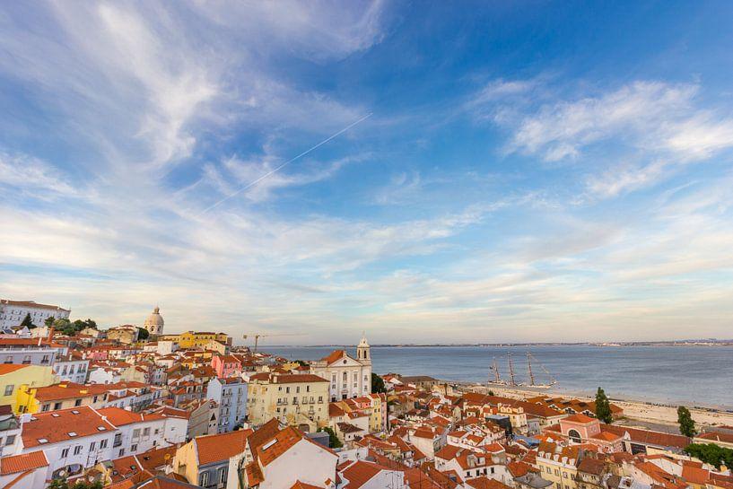Lissabon uitzicht over de daken vanaf Miradouro das Portas do Sol van Michèle Huge