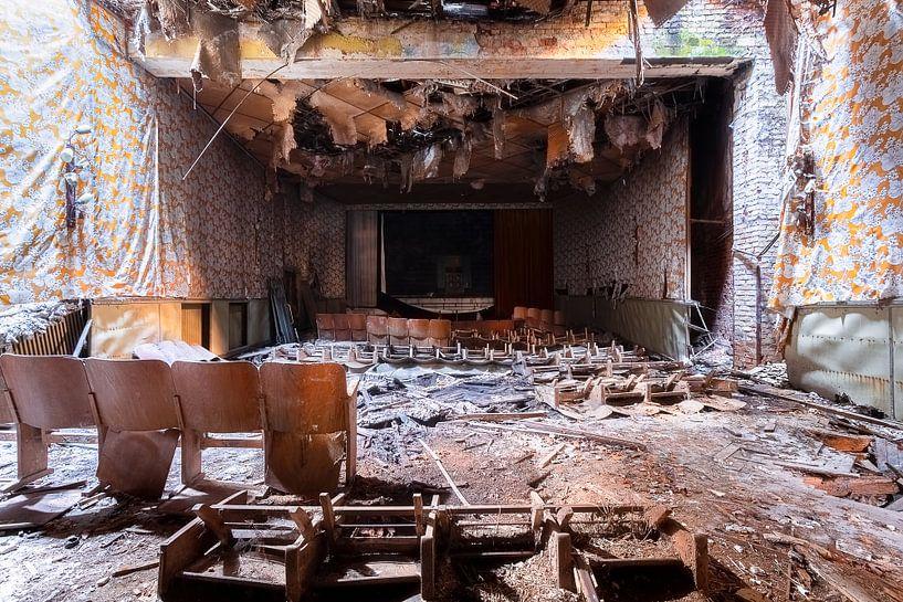 Die Show ist vorbei – verfallener Kinosaal, Deutschland. von Roman Robroek