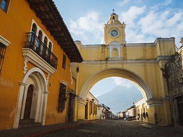 L'arc de Santa Catalina / porte de la ville (Arco de Santa Catalina) à Antigua, Guatemala, le matin  sur Michiel Dros