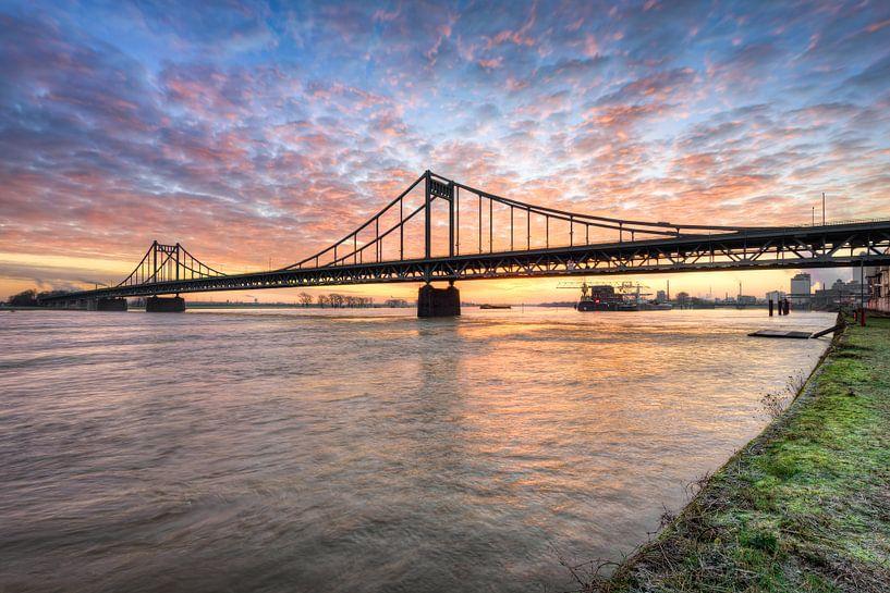 Krefeld-Uerdinger Rijnbrug bij zonsopgang van Michael Valjak