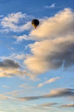 Een heteluchtballon in de avondzon. sur Don Fonzarelli