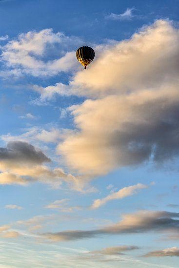 Een heteluchtballon in de avondzon.