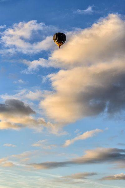 Een heteluchtballon in de avondzon. van Don Fonzarelli
