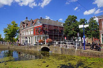 Brug en kanaal in  Delft. van Jarretera Photos