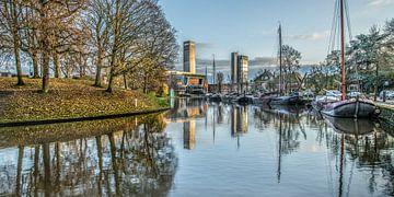 Stadsbeeld gracht Leeuwarden gespiegeld van Harrie Muis
