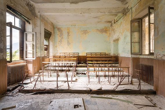 Schoolbanken in verlaten Klaslokaal.