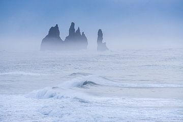 Felsformation vor Islands Küste im Morgennebel von Andreas Hackl