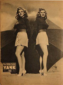 YANK pinup: Wilde Zwillinge mit kurzem Rock und hohen Absätzen, August 1945 von Atelier Liesjes