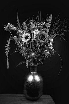 Stilleven: boeket bloemen in een vaas, zwart-wit