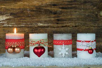Advent en Kerstmis kaarslicht compositie op sneeuw van Alex Winter