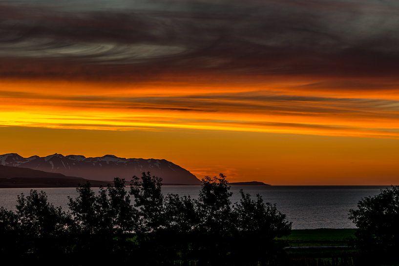 Oranje avondlucht in IJsland uitkijkend over een fjord richting de oceaan van Hein Fleuren