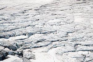 Close up van gletsjerspleten in smeltende sneeuw