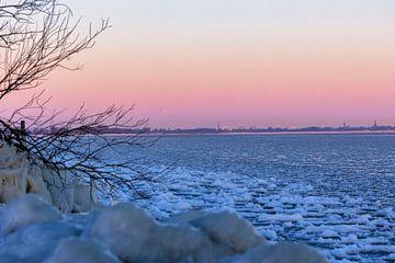 Winterse ochtend op het bevroren ijsselmeer van Dokra Fotografie