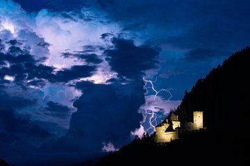 Bliksem slaat in bij een kasteel van Menno van der Haven