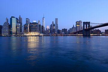 Manhattan Skyline en Brooklyn Bridge in New York voor zonsopkomst van Merijn van der Vliet