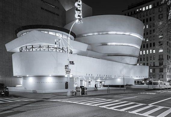 Guggenheim Museum At Night, New York City van Nico Geerlings