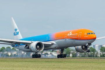 Gelandet auf der Polderbaan. Die KLM Boeing 777-300 mit dem Spitznamen Orange Pride (PH-BVA) ist gel von Jaap van den Berg